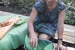 Dona Ines beim Vorbereiten des Ayahuasca