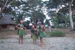Tanzende Mädchen im traditionellen Gewand